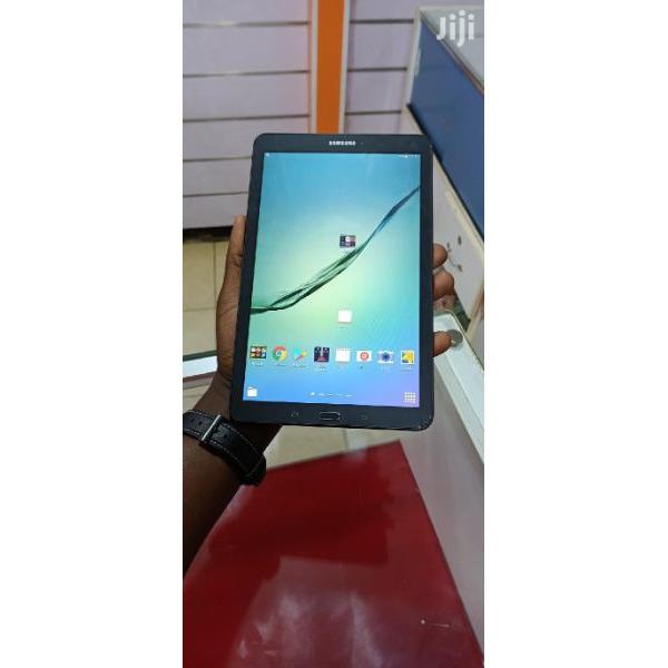 Uk used Samsung galaxy tab E wifi 8gb internal memory 1gb ram with minor cracks  Call 0702224313 / 0 - 4/5
