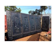 Metallic sliding gate